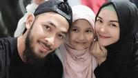 <p>Istri Uki, Meta Yunatria kerap membagikan foto bahagia Uki dan anak-anaknya. (Foto: Instagram @methayuna)</p>