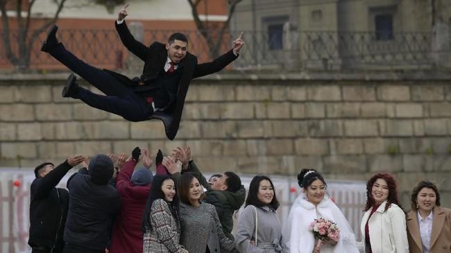 Foto-foto pilihan redaksi CNNIndonesia.com dari pelbagai belahan dunia, mulai dari pengantin baru di Rusia hingga unta di Australia.