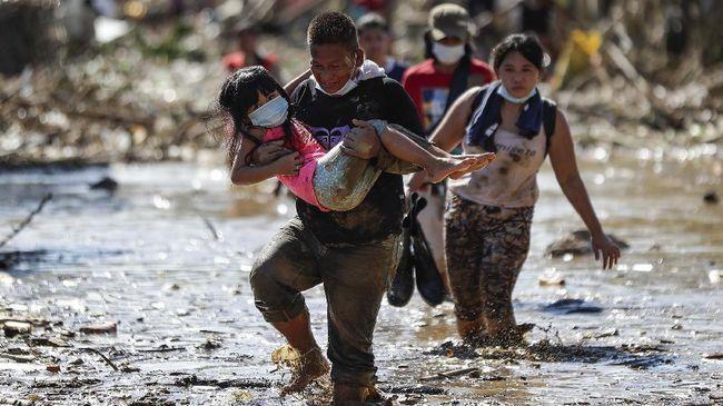 Setidaknya tiga orang tewas setelah badai tropis menghantam Filipina hingga menyebabkan banjir dan longsor pada Rabu (2/6).