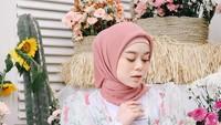 <p>Penampilan Lesti mengenakan floral outwear ini dipuji banyak netizen lho, Bunda. Super <em>cute</em> ya, Bunda. (Foto: Instagram @lestykejora)</p>