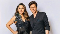<p>Meski berbeda keyakinan, namun keduanya kerap tampil kompak, lho. Khan dan Gauri terlihat serasi dengan pakaian hitam nih, Bunda. (Foto: Instagram @gaurikhan)</p>