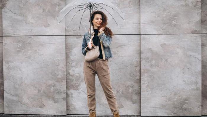 Tetap Stylist di Musim Hujan dengan Inspirasi Mix and Match Outfit Ini!