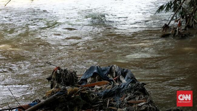 Anggota Komunitas Ciliwung menggelar aksi bersih-bersih sungai demi mengantisipasi banjir musiman selama penghujan tiba. Sebanyak 700 kg sampah dikumpulkan.