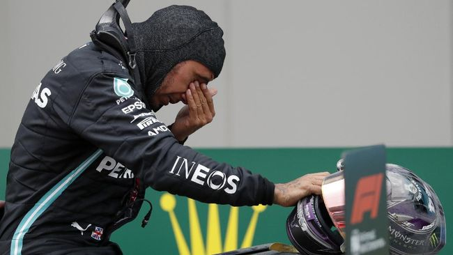 Dengan menang GP F1 Turki, Minggu (15/11), Lewis Hamilton kini mengoleksi tujuh gelar juara dunia F1 sama seperti Michael Schumacher.