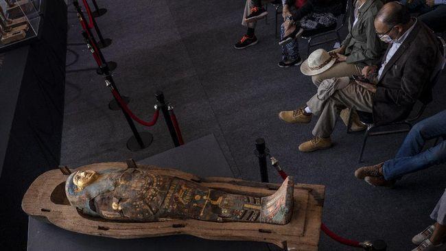 Arkeolog telah mengungkapkan semua isi dari temuan 100 mumi Mesir dengan peti disepuh berlapis emas.