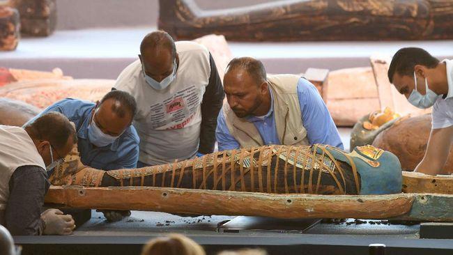 Parade kendaraan-kendaraan hias membawa setidaknya 22 mumi Firaun, mengular di ibu kota Mesir, Kairo, Sabtu (3/4).