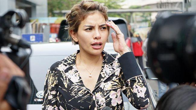 Nikita Mirzani bersama kuasa hukumnya mendatangi Polres Jakarta Selatan, Kamis (25/2), setelah dituding dan dilaporkan sebagai informan alias cepu polisi.