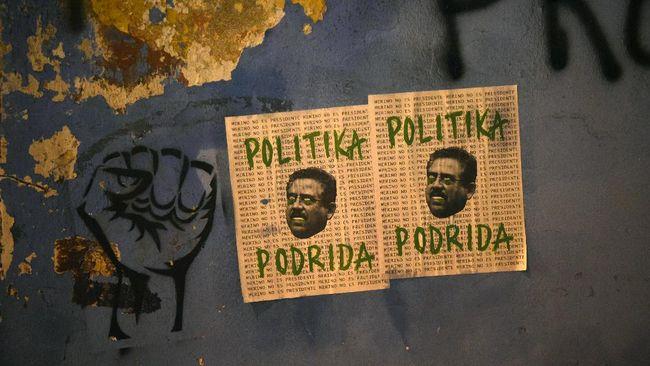 Tekanan terhadap Presiden baru Peru untuk mengundurkan diri semakin meninggi pada Minggu (15/11), setelah semalam terjadi protes yang menewaskan dua orang.