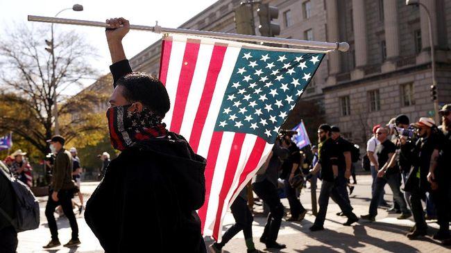 Proud Boys merupakan kelompok sayap kanan yang terlibat dalam sejumlah aksi kerusuhan di Amerika Serikat dan dimasukkan ke dalam daftar teroris oleh Kanada.