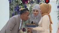 <p>Di momen bahagia itu, Sule juga mendapatkan kejutan ulang tahun, Bunda. Ya, acara pernikahan Sule ini memang bertepatan dengan hari ulang tahunnya. (Foto: YouTube Rans Entertainment)</p>