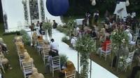 <p>Acara pernikahan mereka digelar di Tsamara Resto, kawasan Jatisampurna, Bekasi dengan konsep garden party dan dihadiri oleh undangan terbatas dengan mengikuti protokol kesehatan. (Foto: YouTube Rans Entertainment)</p>