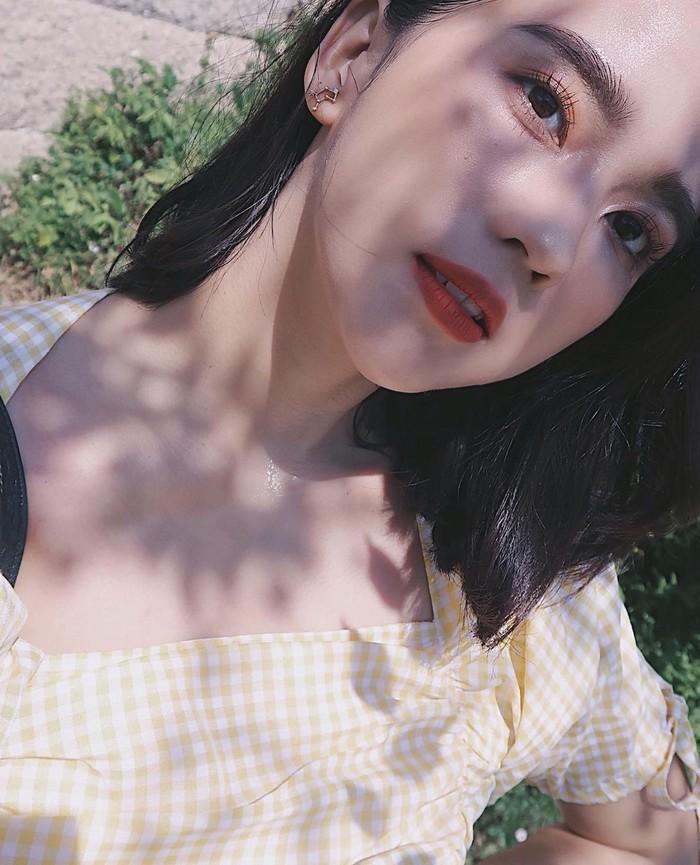 Penampilan kasual beauty influencer Sasyachi ini bisa dijadikan inspirasi untuk tampil dengan lipstik merah tanpa terlihat terlalu mencolok. Dengan riasan wajah dan mata yang natural, ia memfokuskan penampilannya pada polesan lipstick peachy red yang cerah sehingga gayanya tampak lebih fresh namun tak terkesan berlebihan. (Foto: instagram.com/sasyachi)