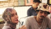 <p>Misalnya, sekadar minum kopi berdua di kafe seperti pasangan yang masih pacaran. (Fotp: Instagram @arya.saloka)</p>