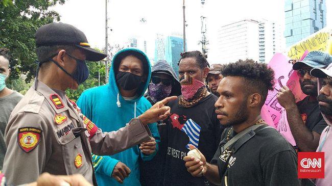 Aliansi Mahasiswa Papua gagal berunjuk rasa di Istana Negara karena akses menuju istana ditutup aparat. Mereka menyanyikan lagu 'Papua Bukan Merah Putih'.