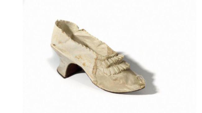 Sepatu sutra peninggalan Ratu Prancis terakhir, Marie-Antoinette laku sekitar Rp732 juta dalam lelang.