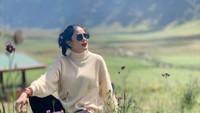 <p>Selain ke Malang, Nindy juga berkunjung ke Gunung Bromo. Liburan ke alam kini memang jadi destinasi favorit selama pandemi Corona. (Foto: Instagram @nindyparasadyharsono)</p>