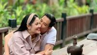 <p>Baru-baru ini, penyanyi Nindy Ayunda dan suaminya, Aska Harsono, merayakan ulang tahun ke-9 pernikahan mereka. (Foto: Instagram @nindyparasadyharsono)</p>