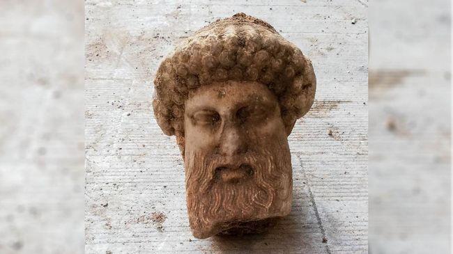 Pemerintah Athena menemukan kepala patung Dewa Hermes di bawah saluran air yang terletak di pusat ibu kota Yunani tersebut.