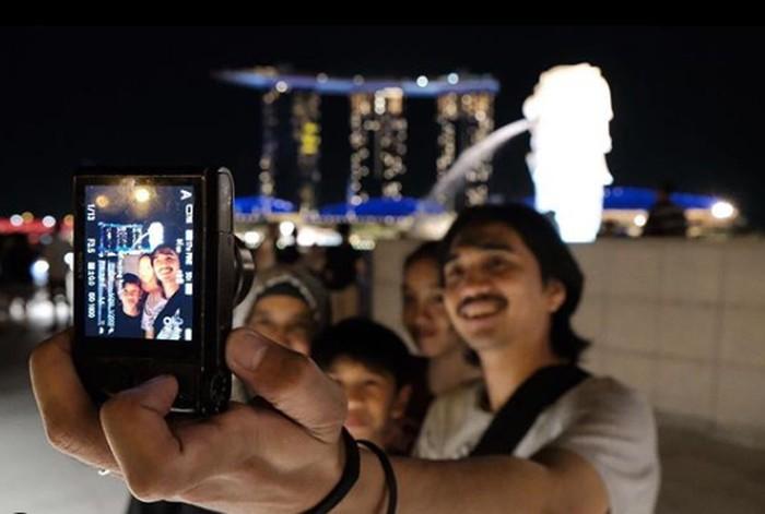 Berikut ini potretnya bersama keluarga kecilnya. Saat liburan bersama putra dan putrinya. Duta juga terlihat sangat penyayang. Ia seringkali membagikan berbagai potret istri dan kedua anaknya di akun Instagram pribadinya (Instagram/@pakduta)