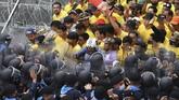 Aksi demonstrasi kelompok pro-demokrasi Thailand yang terjadi di luar gedung parlemen berujung bentrok dengan pendukung kerajaan.