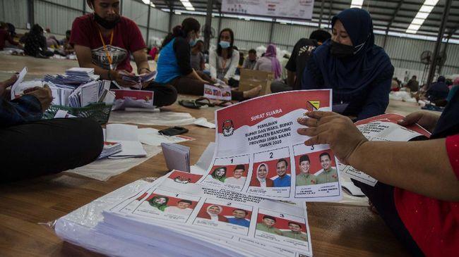 Debat pamungkas Pilkada Kabupaten Bandung, warga menyaksikan janji strategi nempercepat perekonomian di tengah Covid-19 dari tiga paslon yang akan dipilih.
