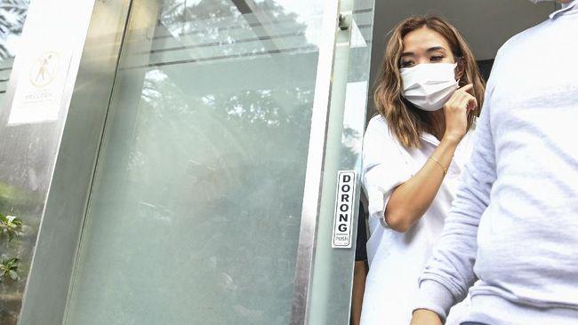 Kabid Humas Polda Metro Jaya Kombes Pol Yusri Yunus menyatakan keputusan penahanan terhadap Gisel menunggu hasil pemeriksaan pada 4 Januari 2021.