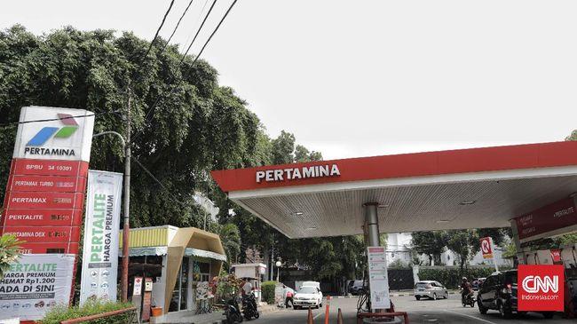 PT Pertamina menargetkan pemasangan PLTS di 5 ribu SPBU. Langkah itu dinilai akan menghemat tagihan listrik hingga Rp4 miliar per tahun.