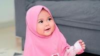 <p>Kalau pakai jilbab begini, Sada sudah mirip Mama Fitrop belum nih? (Foto: Instagram @fitrop)</p>