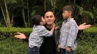 <p>Tak jarang, Falhan berfoto sambil memeluk dan mencium ayah sambungnya itu. (Foto: Instagram @muzdalifah999)</p>