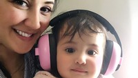 <p>Wanita 44 tahun ini sibuk mengurus putri bungsunya, Andi Kylie Zhivanna Ali. Kyle kini berusia 2 tahun, Bunda. (Foto: Instagram @andisorayabeatrix)</p>