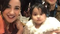 <p>Potret manis Andi Soraya bersama sang suami dan ketiga buah hatinya saat makan bersama. Seperti diketahui, Andi memiliki dua orang anak dari pernikahan sebelumnya. (Foto: Instagram @andisorayabeatrix)</p>