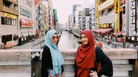 <p>1. Pasangan selebriti Cindy Fatikasari, dan Tengku Firmansyah dikaruniai tiga orang anak, Bunda. Putri sulungnya, Tengku Syaira Anataya, kini tumbuh menjadi remaja yang cantik, lho.(Foto: Instagram @cindyfatikasari18)</p>