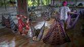 Sejumlah wanita bekerja di perkebunan kelapa sawit demi membantu suami mereka. Mereka sering tak mendapat jaminan pekerjaan layak dan bekerja terlalu berat.