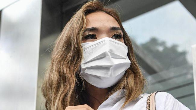 Kabid Humas Polda Metro Jaya menyatakan Gisel tak hadir pada pemeriksaan pertama sebagai tersangka hari ini dengan dalih menjemput putri semata wayangnya.