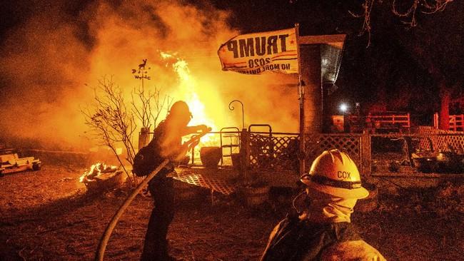 Kebakaran lahan yang menghantam Nevada utara memicu langit merah membara di sepanjang perbatasan dengan California.