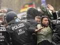 FOTO: Polisi Pakai Meriam Air Bubarkan Massa Anti Lockdown