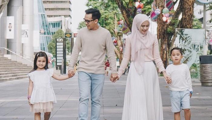 6 Inspirasi Outfit Kembaran Bareng Keluarga ala Analisa Widyaningrum