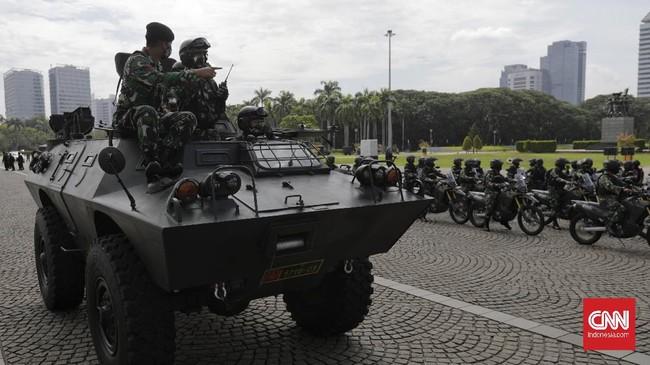 Aparat TNI menggelar apel siaga menghadapi Pilkada Serentak 2020 dan antisipasi banjir di Lapangan Silang Monas, Jakarta, Jumat (20/11)