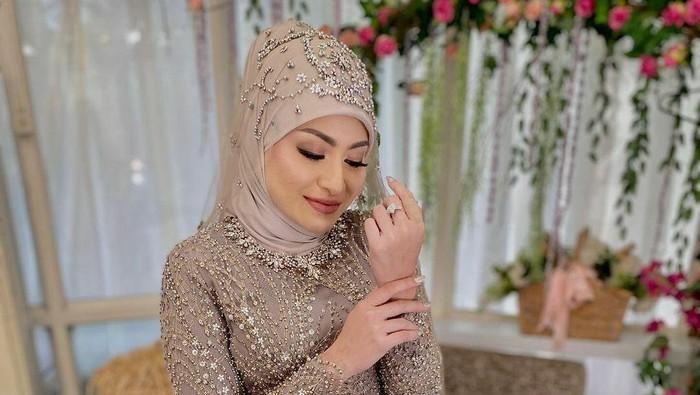 Gaya Hijab Nathalie Holscher di Hari Pernikahan Dinyinyirin Netizen