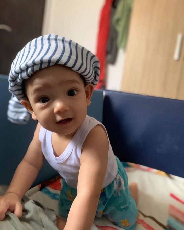 Ibrahim memiliki darah Norwegia lho, Bunda. Darah tersebut ia dapat dari sang ibu yang merupakan keturunan Norwegia-Jawa. (Foto: Instagram @putriannesaloka)