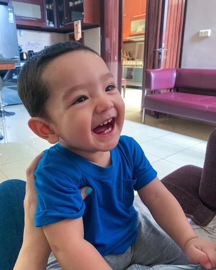 Lucu banget ya ekspresi Ibrahim. Membuat kita ingin ikut tersenyum. (Foto: Instagram @putriannesaloka)