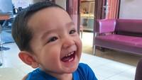 <p>Lucu banget ya ekspresi Ibrahim. Membuat kita ingin ikut tersenyum. (Foto: Instagram @putriannesaloka)</p>