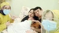 <p>Dalam caption-nya, Ginanjar menceritakan bahwa ia menemani sang istri sepanjang melahirkan. (Foto: Instagram @ginanjar.sukmana)</p>