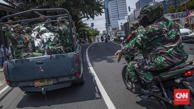 Kodam Jaya menyatakan wanita berbaju motif kotak-kotak di kendaraan tempur panser Anoa TNI saat penertiban baliho Rizieq Shihab adalah seorang jurnalis.