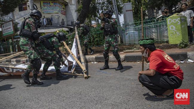 Pencopotan baliho Rizieq Shihab meluas ke beberapa kota besar usai Pangdam Jaya TNI mengklarifikasi perintahnya mencopot poster sang imam besar FPI.