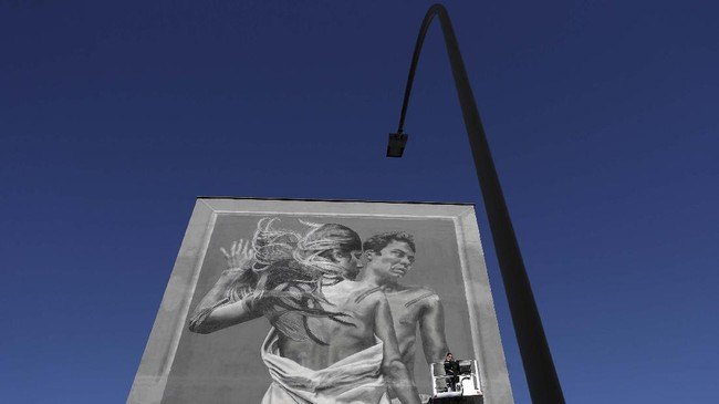 Seni mural dipamerkan di Institut Teknologi Armellini, San Paolo, Italia, sebagai pesan perjuangan hak-hak LGBTQ+, Rabu (18/11).