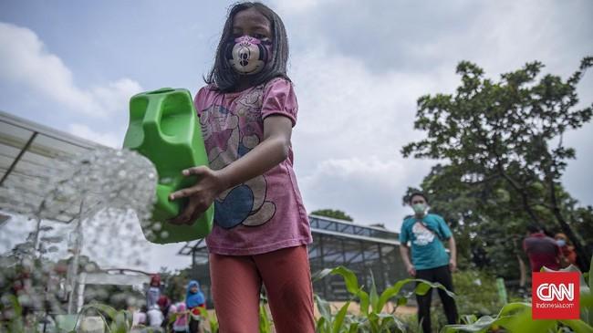 Memperingati Hari Pohon Sedunia, sejumlah anak dan warga belajar mengenai urban farming dan pengolahan sampah.