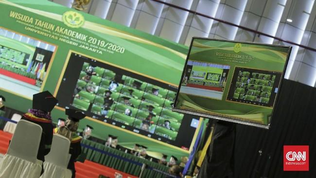 Prosesi upacara wisuda Universitas Negeri Jakarta (UNJ) menghadirkan dua robot peraga sebagai 'pengganti' para wisudawan.