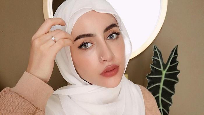 3 Tutorial Hijab Pashmina Simpel ala Aghnia Punjabi, Cocok untuk Daily!