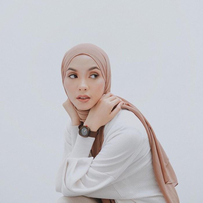 Fita Wulansari dikenal melalui akun Instagram @fitawww. Influencer cantik yang berdomisili di Malang ini juga memiliki gaya hijab yang minimalis namun classy sehingga banyak menginspirasi para hijabers. Namun tak hanya gayanya saat memadukan outfit, feed instagramnya yang rapi dan aesthetic juga menjadi daya tarik sendiri bagi wanita lulusan Politeknik Negeri Malang ini. (Foto: instagram.com/fitawww)